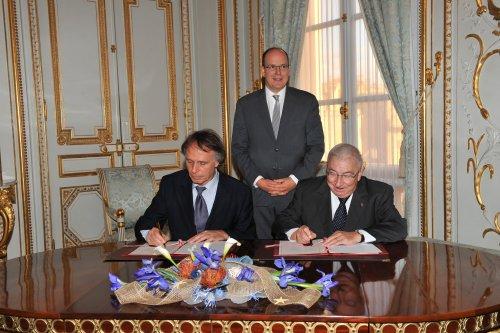 Prince Albert II de Monaco, Dr Frédéric Briand (à gauche) et le Ministre d'Etat du Gouvernement Monégasque, J.P. Proust.